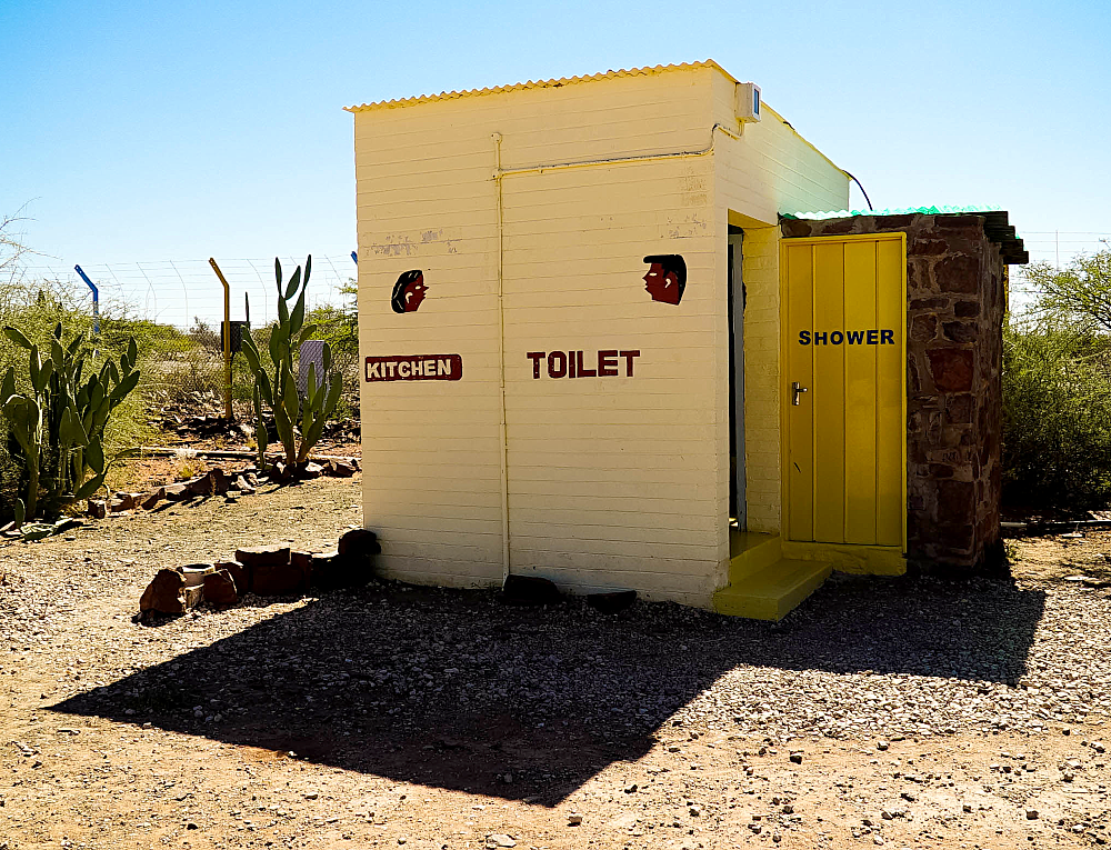 23h59-Photo-Namibie-Kitchen-toilet-shower